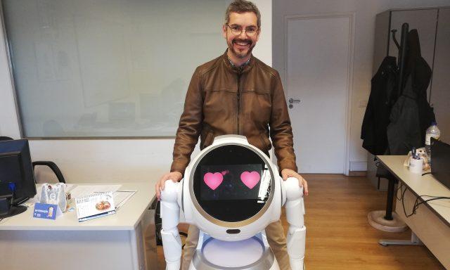 Cruzr é um novo robô humanoide que gosta de interagir com as pessoas